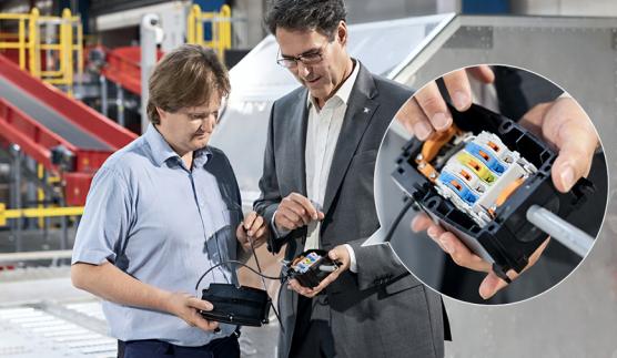 魏德米勒全球大客户经理Arno Priller(右)向负责的调试工程师(左)说明如何简单易行地安装分散式功能部件.png